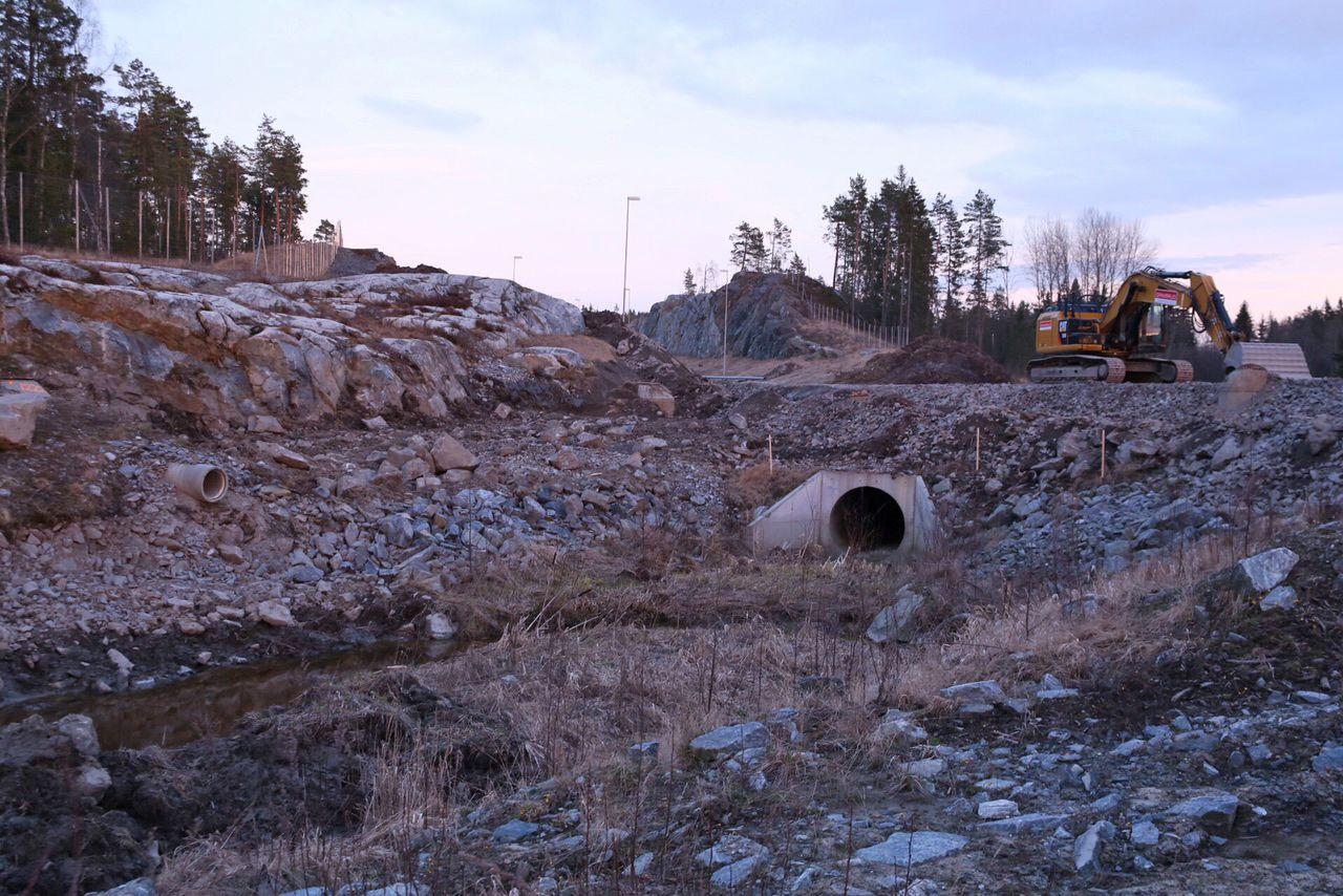 FOR HØYT: Det to meter brede dreneringsrøret som Statens Vegvesen la ned ligger omtrent én meter for høyt for bekken under som skal renne gjennom.