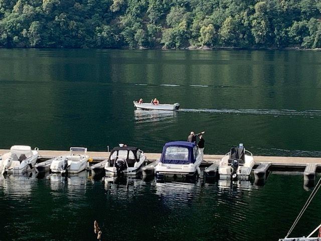 KLAR FOR NYE SØK: Flere småbåter dro fredag kveld ut fra småbåthavnen i Dale i Sunnfjord for å søke etter den savnede 46-åringen.