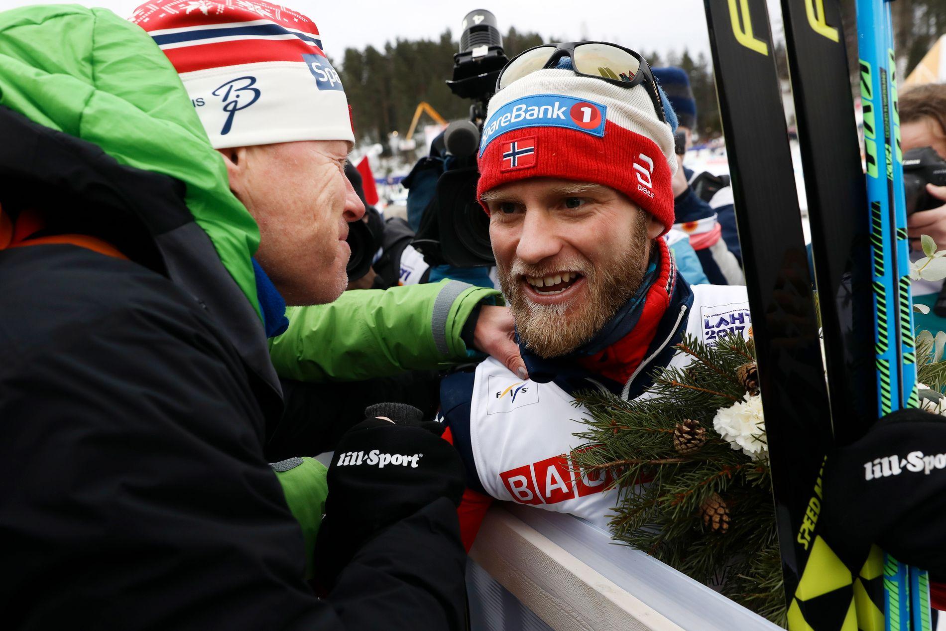 Martin Johnsrud Sundby får en omfavnelse av faren John Erik etter stafettgullet i Lahti-VM i 2017. Faren har nå vært innlagt med alvorlige skader etter en ulykke på jakt.