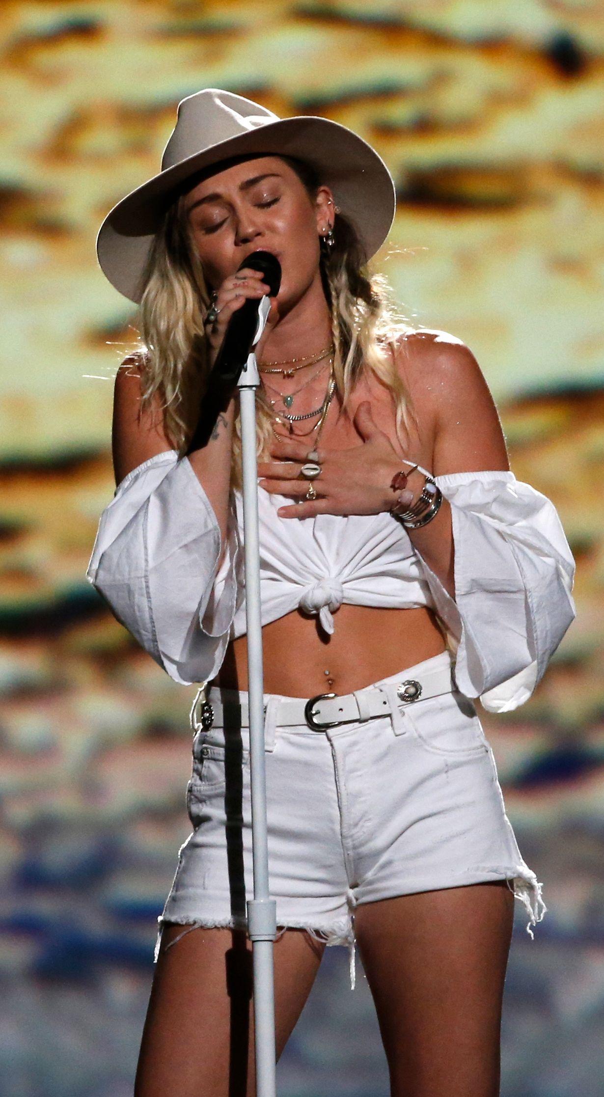NEDTONET: Miley Cyrus på scenen.
