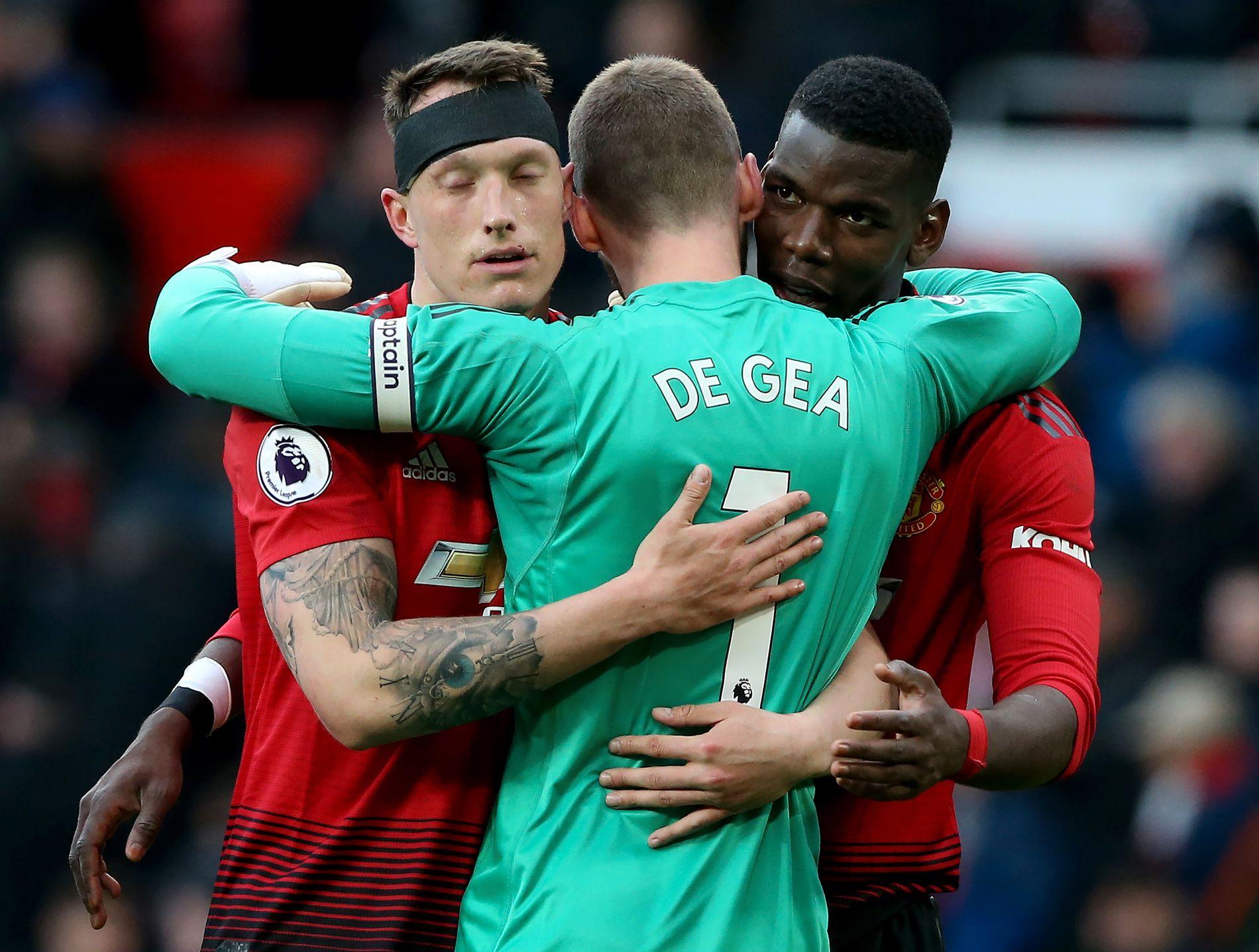 LETTEDE MENN: Phil Jones, David de Gea og Paul Pogba takker hverandre for innsatsen etter seieren de tre poengene.