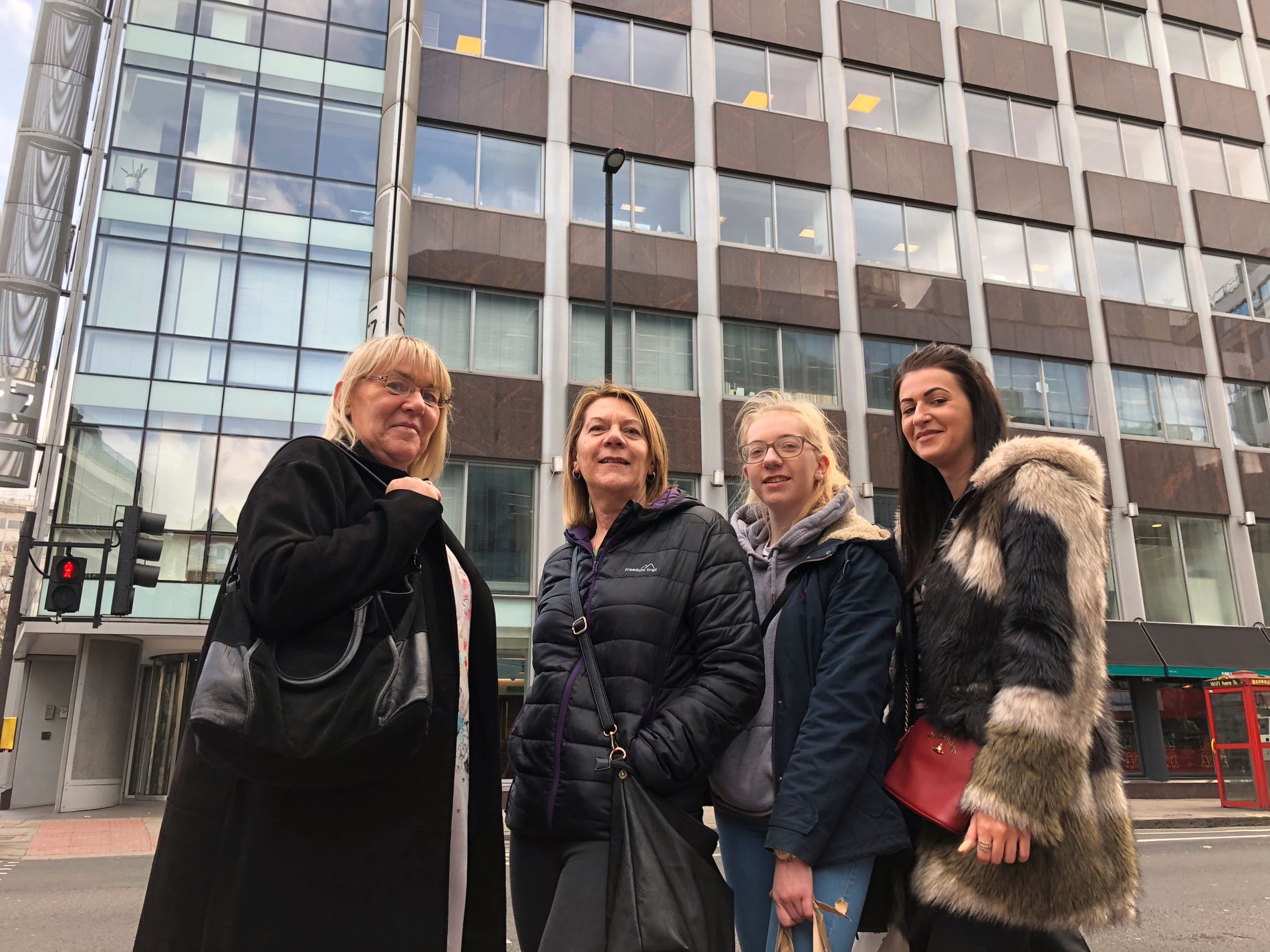 STOLER PÅ FACEBOOK: Britiske Jackie (56), Tracy (52), Megan (21) og Jade (26) er ikke bekymret over hva Facebook har av personopplysninger om dem. De ønsker likevel ikke etternavnet på trykk i avisen.