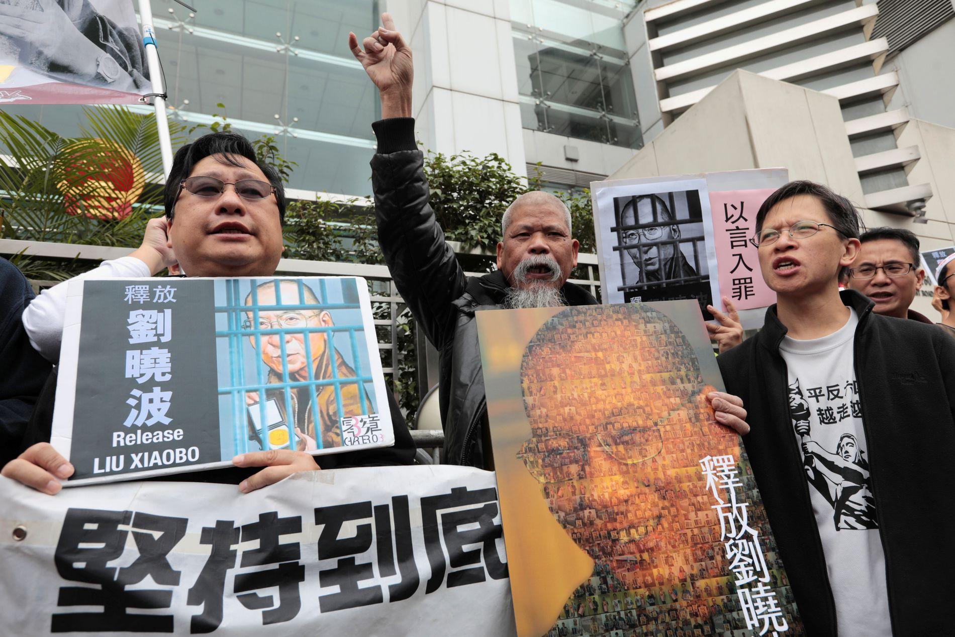 STORE PROTESTER: Demonstranter protesterer for løslatelse av fredsprisvinneren i Hong Kong, desember 2016.