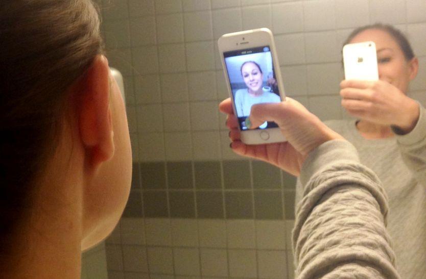 SELFIE-SENTRERT: Selfie ble kåret til årets nyord av Oxford English Dictionary i 2013. Men nå advarer flere eksperter om at trenden kan bikke over i usunn eksponering. Illustrasjonsfoto.