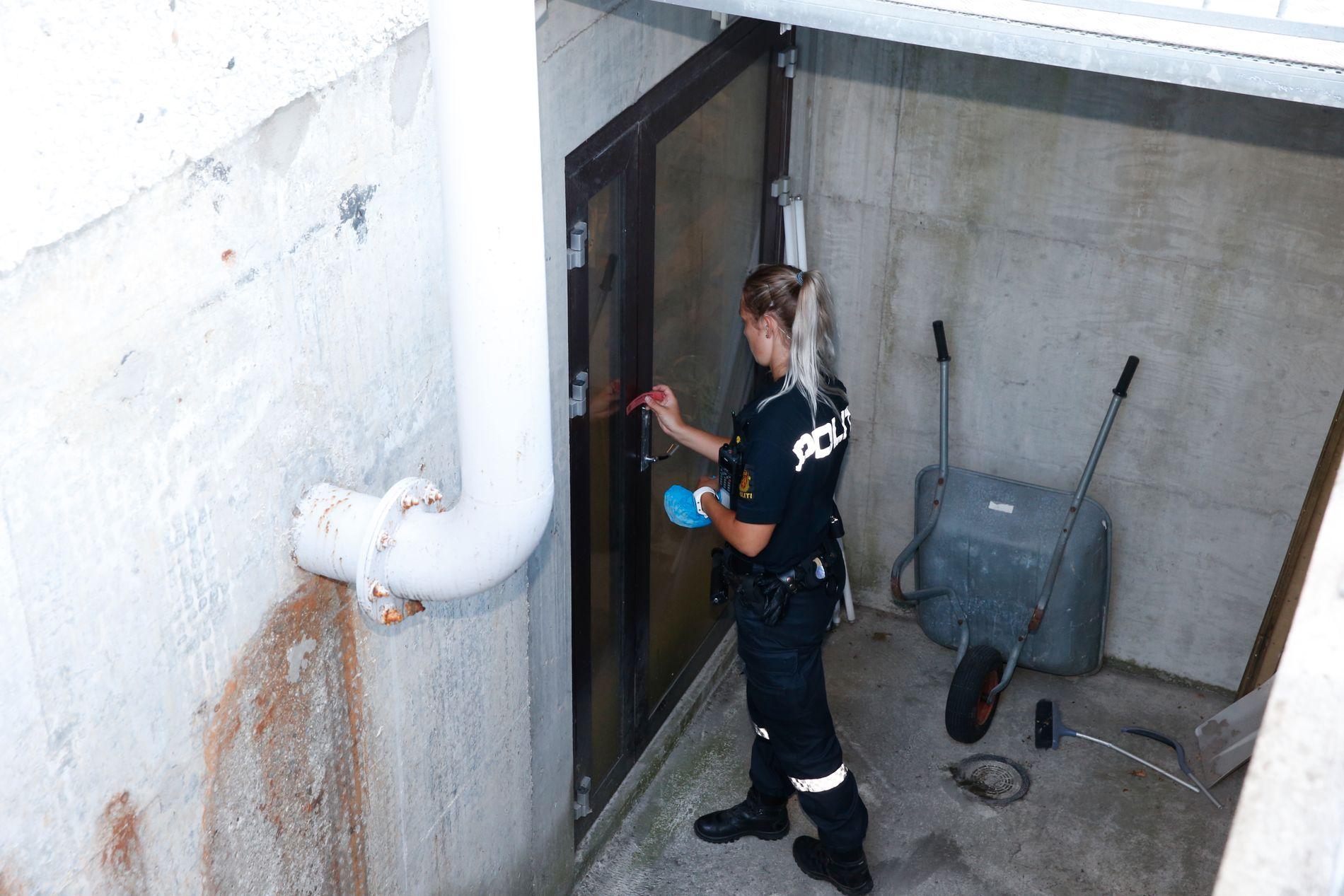 SPERRER AV: Politiet har sperret av kjellerrommet under Spar-butikken i sentrum av Varhaug.