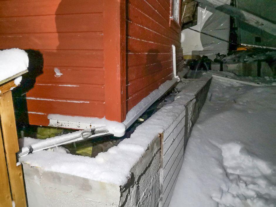 FLYTTET EN METER: Huset flyttet seg cirka en meter av grunnmuren i sammenstøtet.