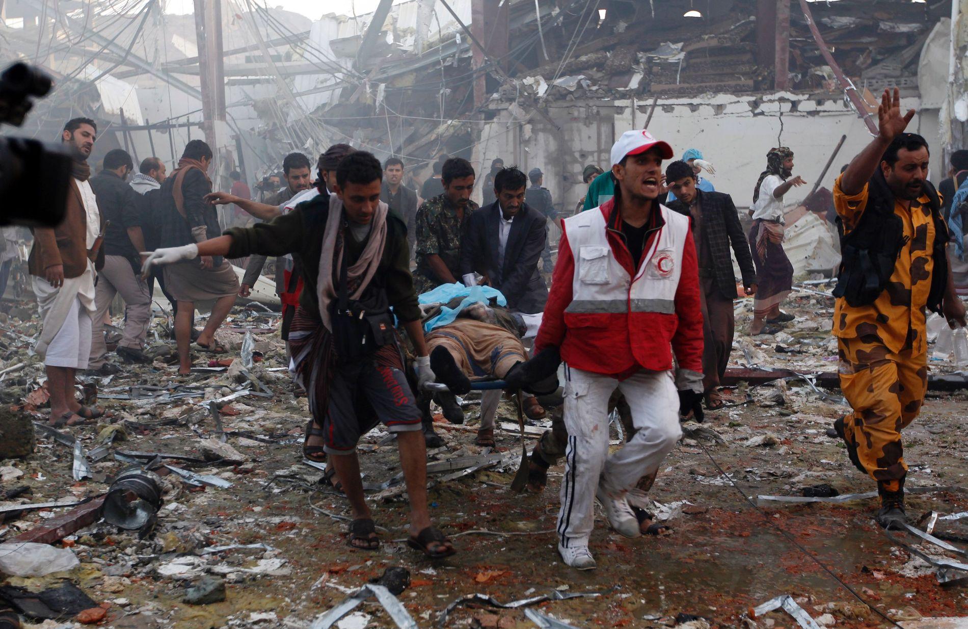 ANGREPET: Ambulansepersonell hjelper skadede etter et bombeangrep utført av den Saudi-ledede koalisjonen i Jemen i oktober 2016.