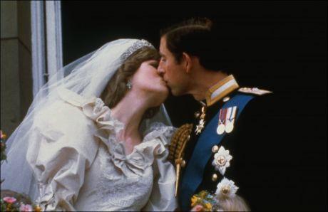 MINNEVERDIG: Dette kyssebildet av prins Charles og Diana etter bryllupet i 1981, gikk verden rundt. Det er ventet at Kate og William vil hedre prinsens avdøde mor under bryllupet. Foto: Corbis