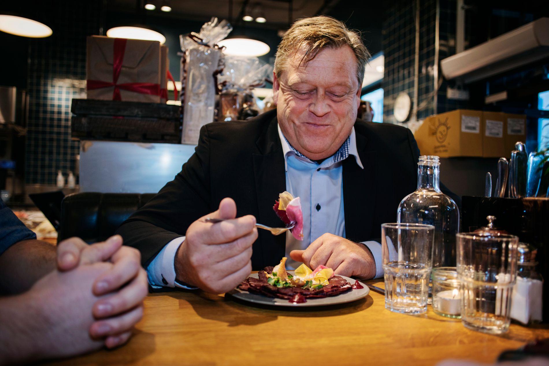 LUNSJEGLEDE: Fiskeriminister Harald Tom Nesvik nyter sin hval.