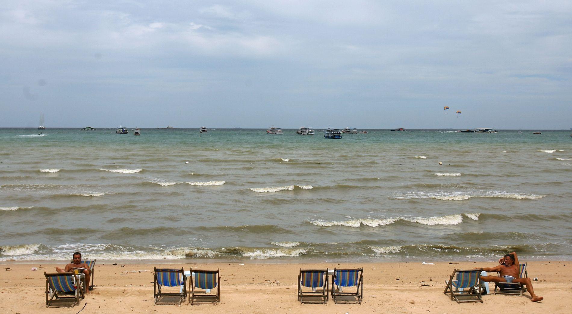 SNØFATTIG: I Pattaya sitter - og i dette tilfellet ligger -  turistene langs stranden, ikke langs skiløypene. Her skal FIS holde sin kongress neste vår.