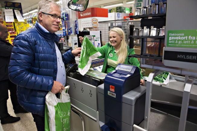 SKEPTISK: Kiwisjef Jan Paul Bjørkøy håper Kiwis nye miljøposer kan slippe den nye plastposeavgiften.