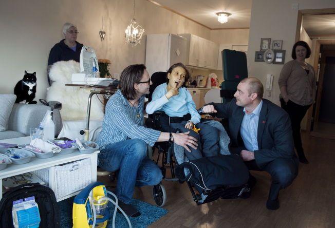 VARSLER BEDRE HJELP: Arbeids- og sosialminister Robert Eriksson (FrP) besøkte denne uken dødssyke Mikkel (15) og foreldrene hans, for å fortelle om endringer han planlegger for foreldre som er avhengige av pleiepenger.