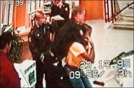 BAIDOO-SAKEN: Her blir vakshjelpen Sophia Baidoo pågrepet av politiet i 1999. Foto: