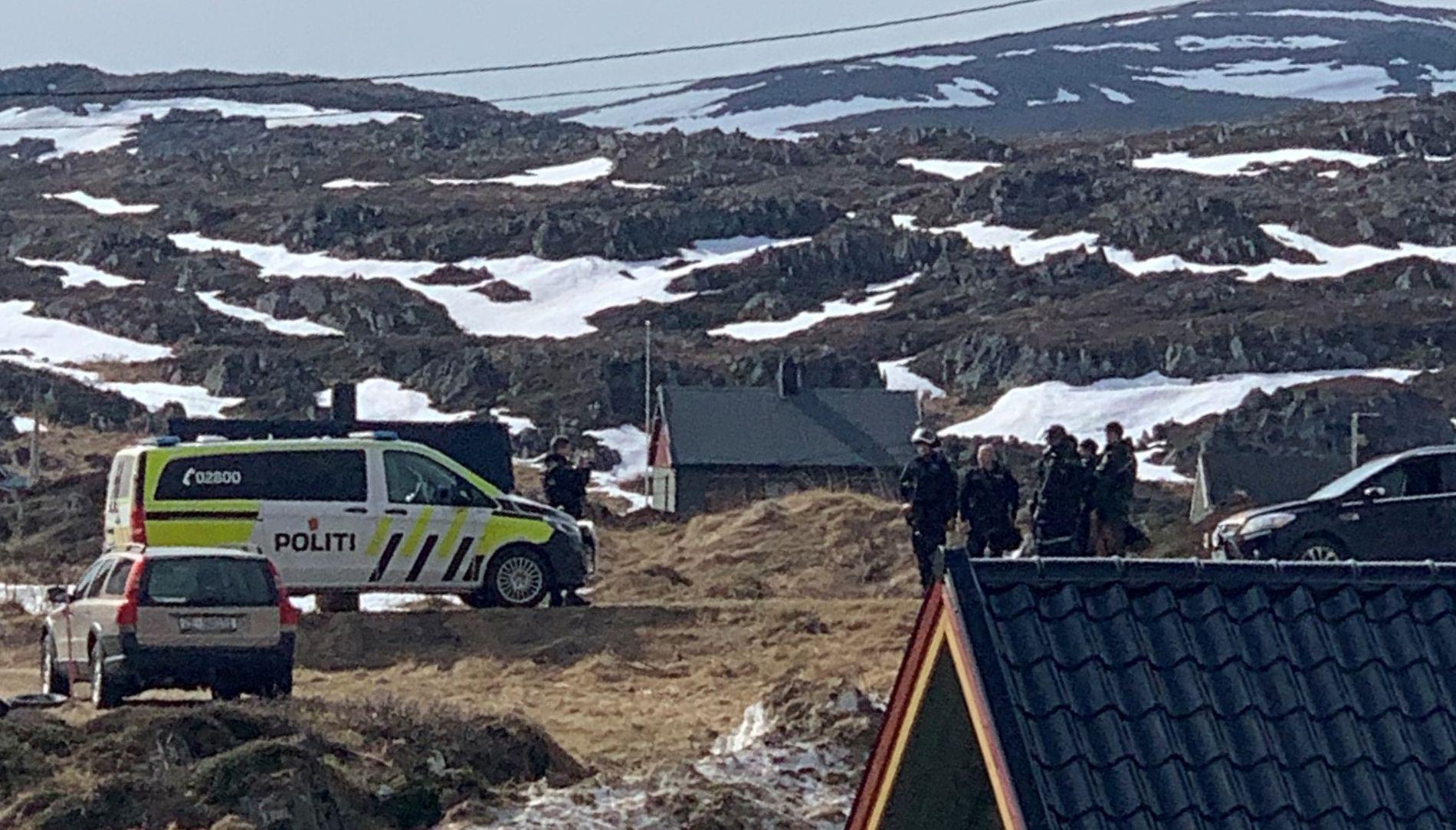 POLITIAKSJON: En 40 år gammel mann døde lørdag morgen etter å ha blitt funnet hardt skadet i sentrum av Mehamn i Finnmark.