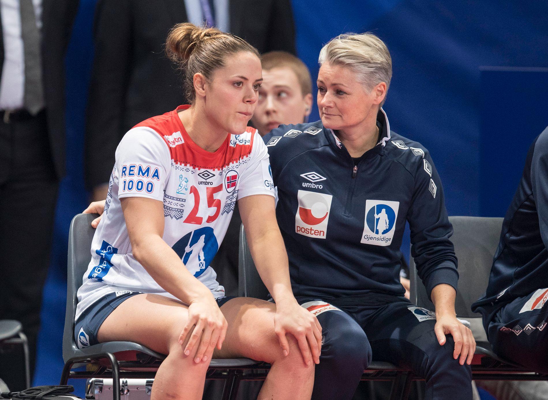 UT MED SKADE:  Fysioterapeut Janne Oppheim Søllesvik og Thea Mørk sammen med under kampen mellom Tsjekkia - Norge - Mørks andre og siste mesterskapskamp for Norge.