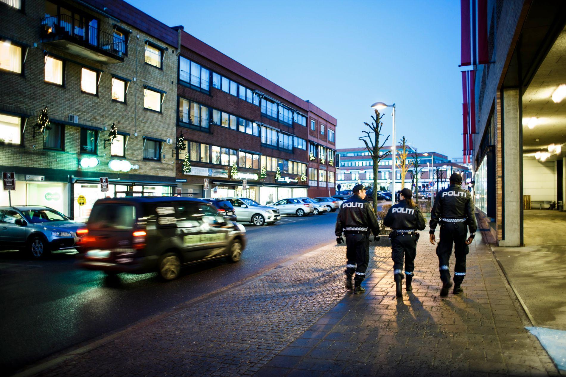 NOK FOLK. Regjeringen viser til en historisk satsing på politiet – at det har blitt over 2300 flere ansatte i politiet siden Høyre og Frp kom i regjering. Men en hovedombudsmann varsler ressurskrise.