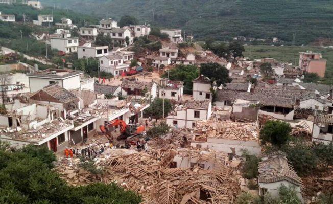 STORE ØDELEGGELSER: Flere hus kollapset som etter at et jordskjelv rammet blant annet Ludian-provinsen i Kina søndag.