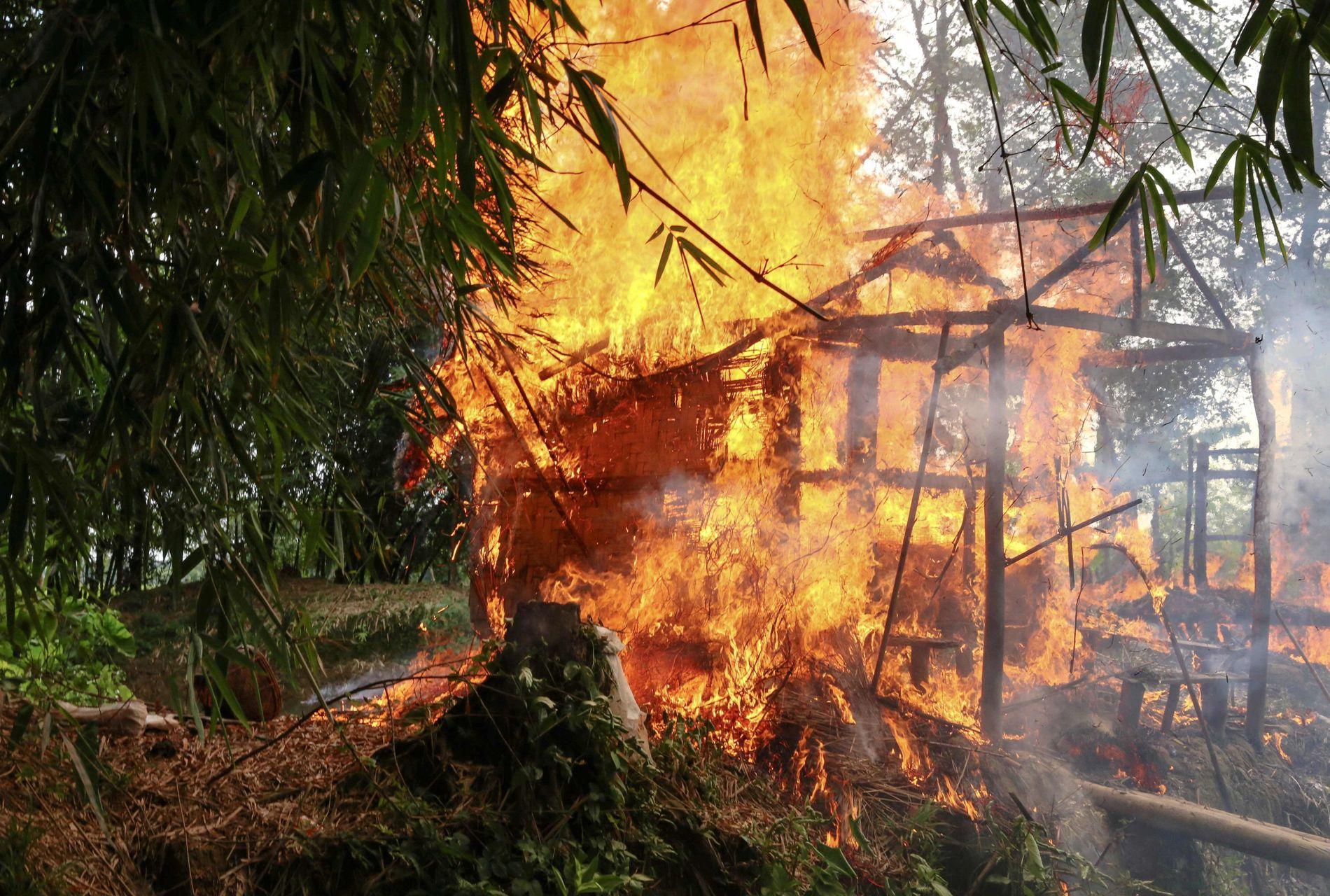 HELE LANDSBYER BRENT: Dette bildet er tatt den 7. september, og viser et brennende hus i Gawdu Tharya Rakhine-regionen.