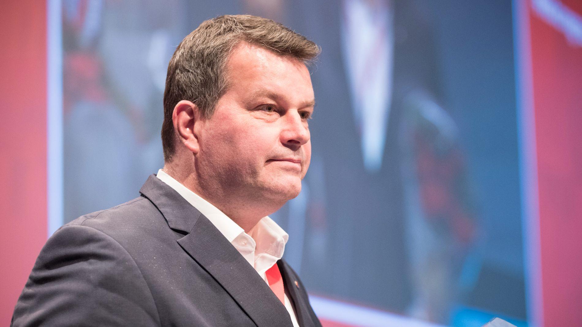 BEKYMRET: LO-leder Hans Christian Gabrielsen (bildet) frykter at regjeringens løfter om kutt i formuesskatten kan ramme sykelønnen til folk flest.