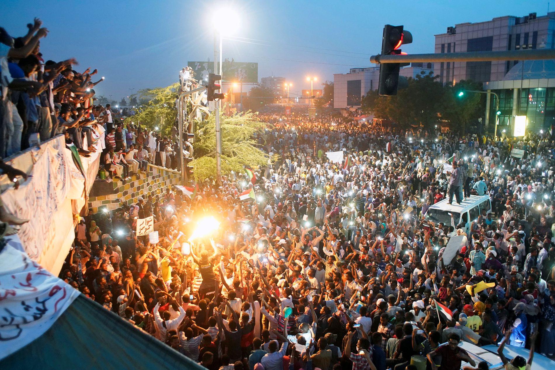 DAGEN FØR: Slik så demonstrasjonene ut utenfor forsvarsdepartementet i Khartoum onsdag. Torsdag kuppet militæret makten.