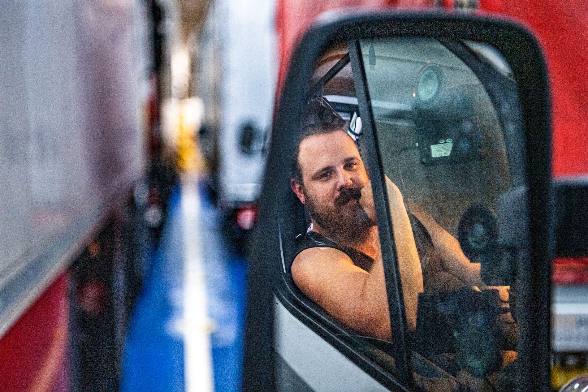 LANG NATT: Polske Krzysztof Hasse (29) liker jobben som lastebilsjåfør, men lurer på hva som skjer etter brexit. Venter her på og kjøre ut av fergen i Calais i Frankrike