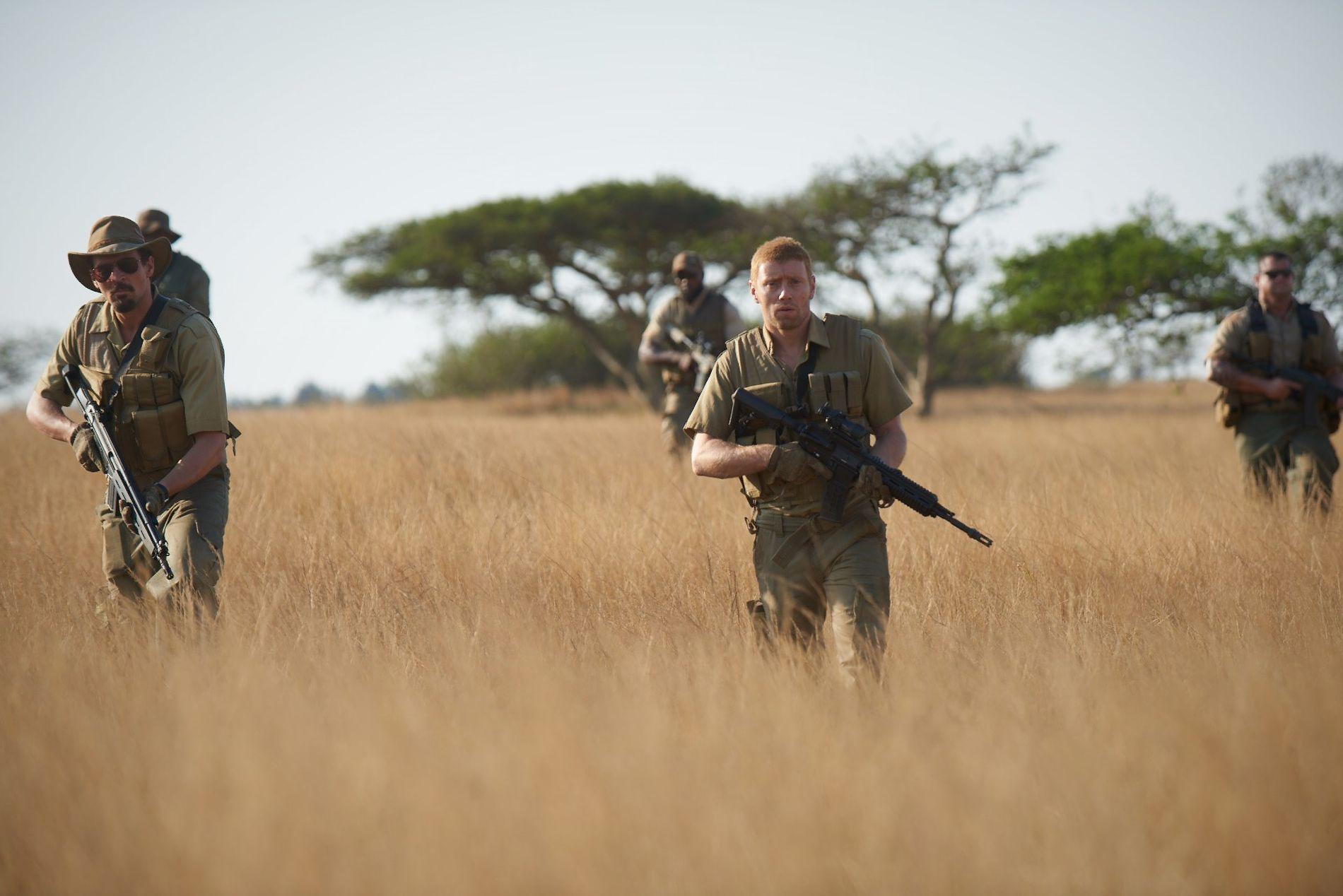 PÅ TOKT: I en scene fra filmen «Mordene i Kongo» er Tjostolv Moland, spilt av Tobias Santelmann, og Joshua French, spilt av Aksel Hennie, på skarpt oppdrag inne i Kongo.