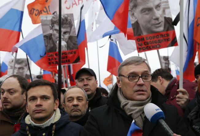 HOLDT TALE: Nemtsov-venn og tidligere statsminister Mikhail Kasyanov (til høyre) og opposisjonspolitiker Ilya Yashin (til venstre) deltok på markeringen.