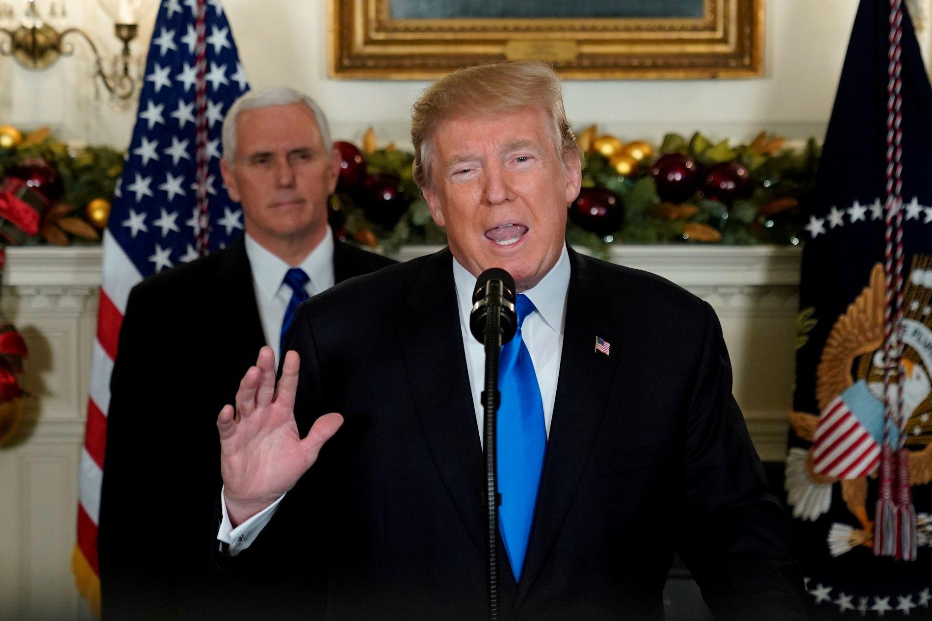 NY KUNNGJØRING: USAs president Donald Trump og visepresident Mike Pence (bak) under talen i Det hvite hus onsdag kveld.