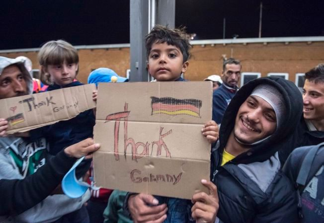 TAKKER TYSKLAND: Flyktninger ankommer togstasjonen i Saalfeld i Tyskland.