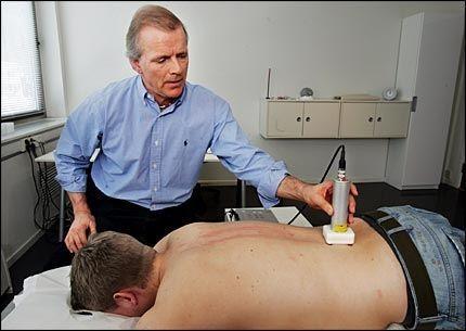 REVLOSJUNERENDE: Kiropraktor Kasper Andresen viser her VGs reporter hvordan laseren virker. Foto: Frode Hansen