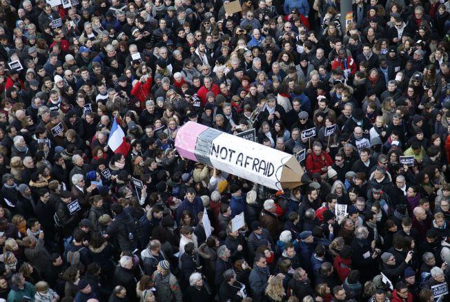 STØTT HVERANDRE: Flere hundre tusen mennesker strømmet sammen i gatene etter det fatale angrepet på satiremagasin Charlie Hebdo i Paris. Professor Trond Heir sier at i stedet for å la oss skremme bør vi stå sammen og finne styrke i samhold.