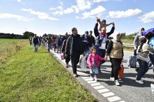 GIKK VIDERE: En stor gruppe flyktninger og migranter som ankom Danmark i begynnelsen av september, ville videre til Sverige. Noen av dem opplyste til jorunalister at de visste det var bedre bistand i Sverige.