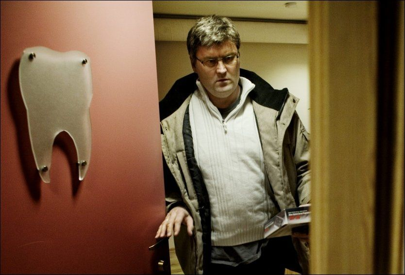 PÅ GLØTT: Jon Sudbø hadde startet et nytt liv som tannlege, da han tok imot VG Helg på kontoret i Seljord i 2009. Tre år tidligere hadde den tidligere kreftforskeren blitt avslørt for omfattende forskningsjuks. Foto: SIMEN GRYTØYR, VG