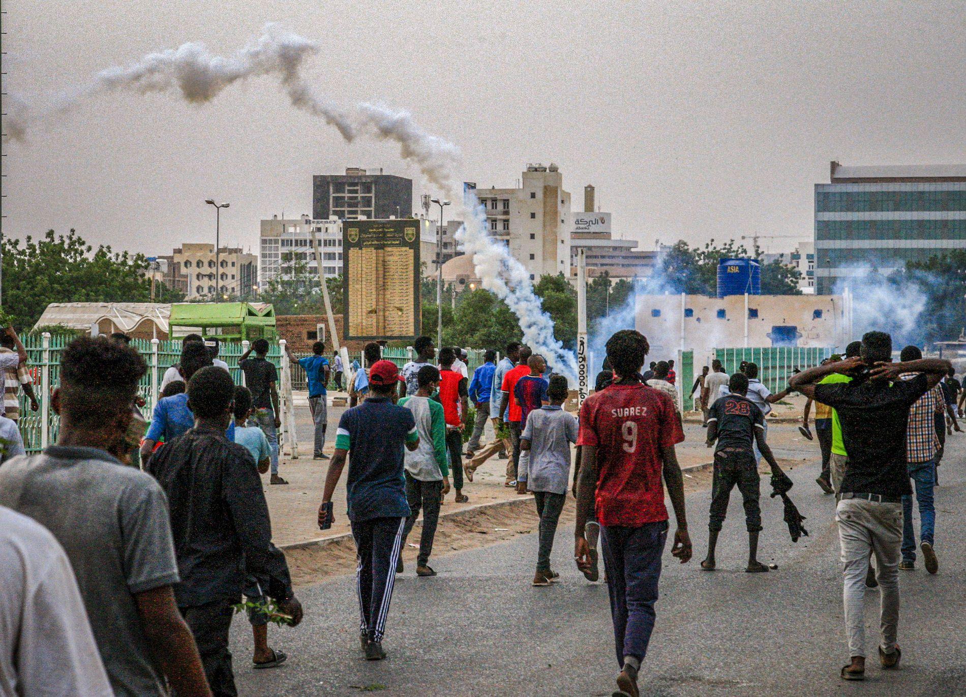 I GATENE: Soldater bruker tåregass mot demonstrantene i Khartoum.