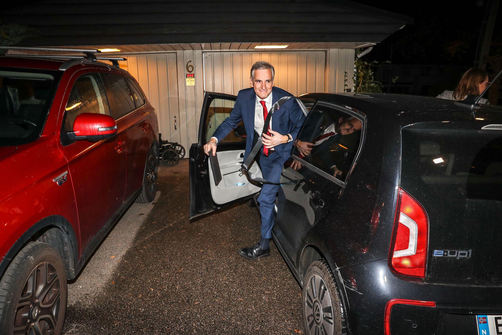 HJEMME: Jonas Gahr Støre parkerte bilen hjemme klokken 01.35 på valgnatten.