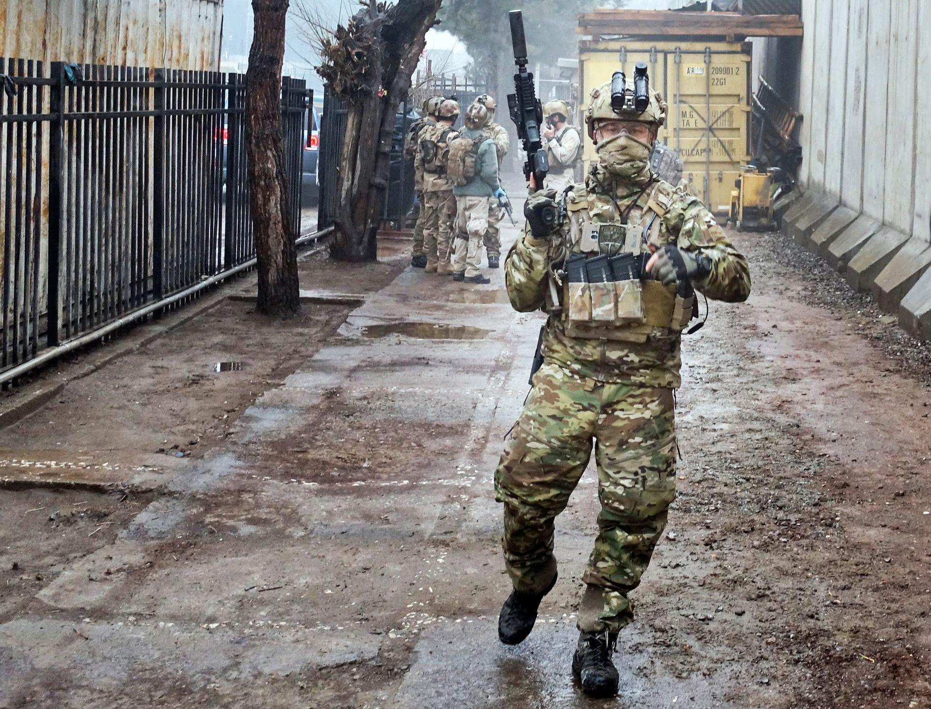KRIGSHELT: Marinejegeren Ken Andersen på et av utallige oppdrag i Kabuls gater.  Foto: Marinejegerkommandoen