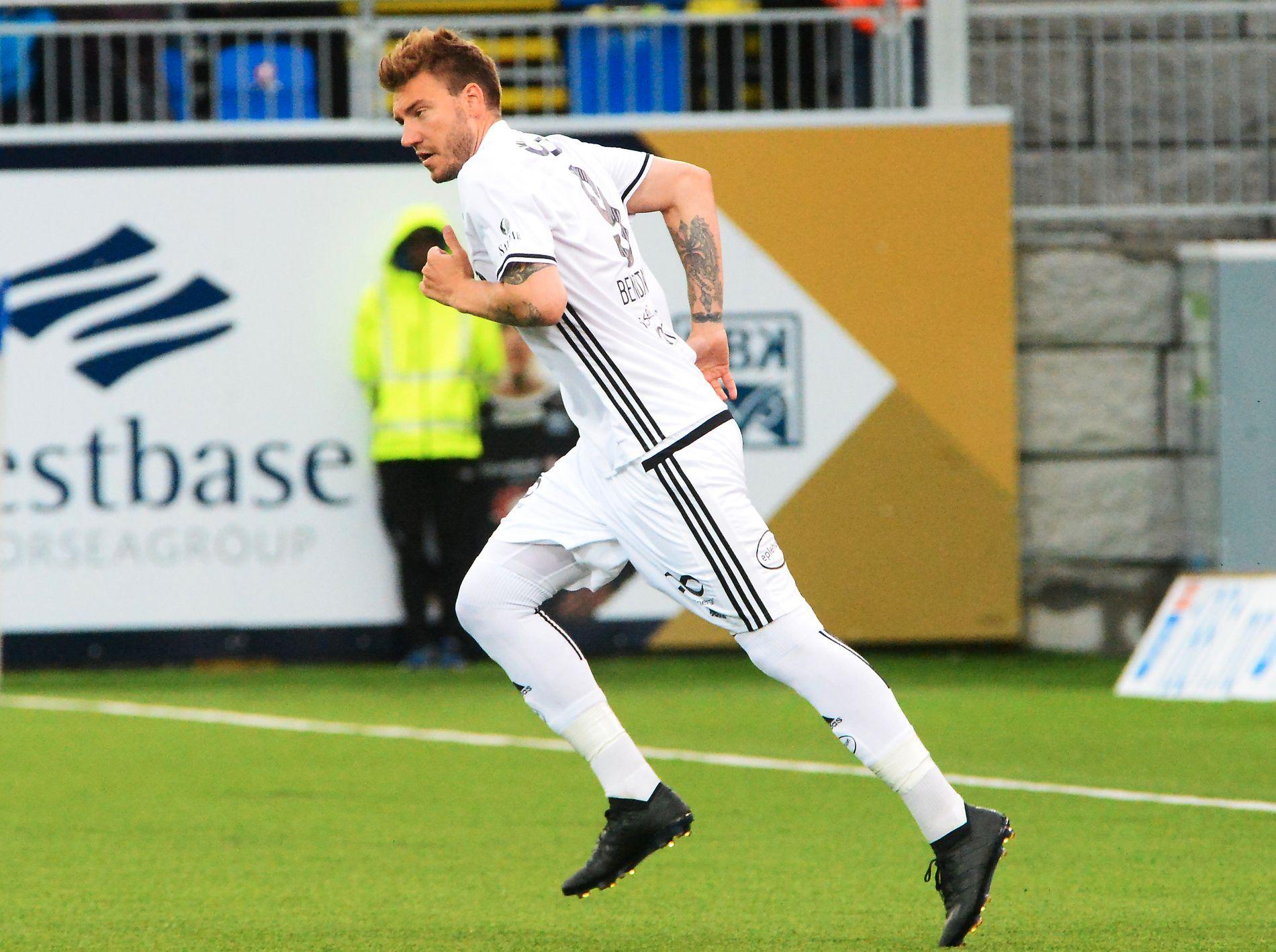 I HELSVART: Nicklas Bendtner i helsvarte Adidas-sko mot Kristiansund sist mandag.