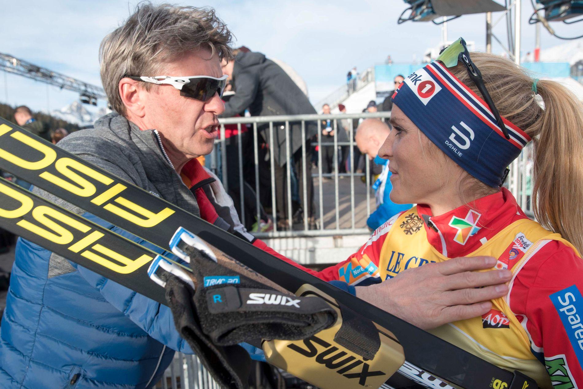 EN DRØM: Manager Jørn Ernst omtaler VM i Seefeld som en drøm. Her gratulerer han Therese Johaug med gullet etter 10-kilometeren.