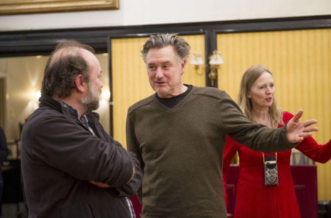 GLEDER SEG: På nyåret skal Bill Pullman spille Otello på Den Nationale Scene i Bergen. Her er Hollywood-stjernen sammen motspiller Jan Sælid. Bak står teatersjef Agnete Haaland.