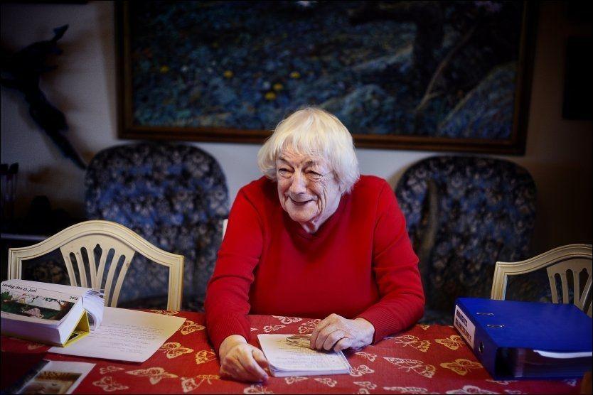 SISTE BOK: I skriveboken har Margit register over vitser og morsomme historier hun skal bruke i sin siste bok. Foto: BJØRN DJUPVIK, VG.