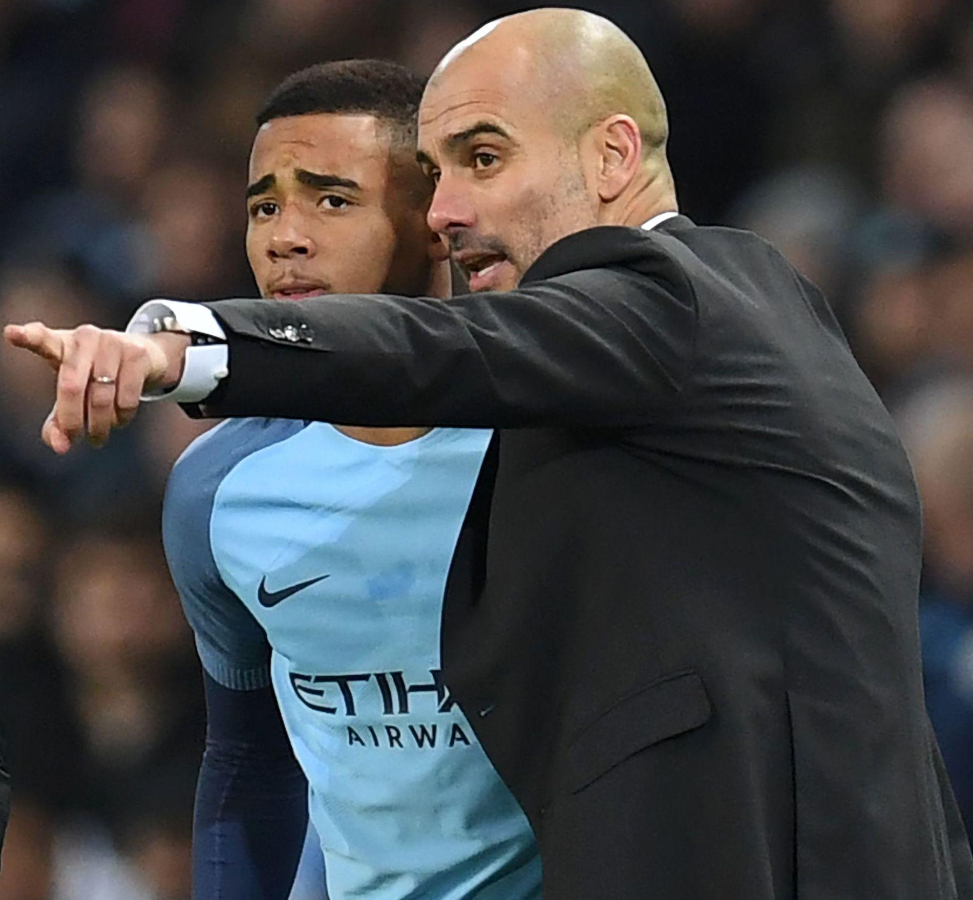 FÅR INSTRUKSER: Her får Gabriel Jesus de siste beskjeder av Manchester City-manager Pep Guardiola før debuten mot Tottenham 21. januar. Kampen endte 2-2.