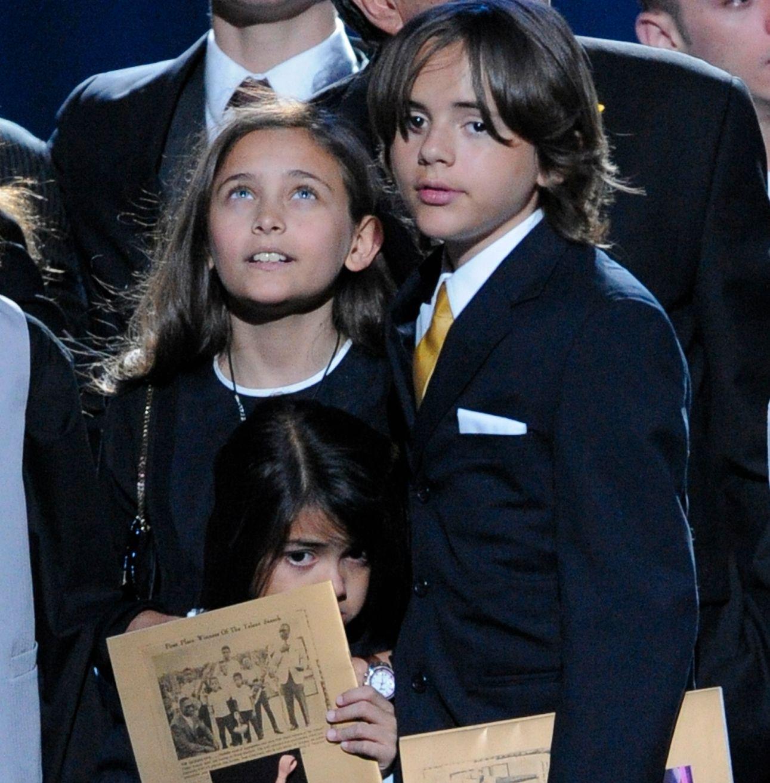 STERK AVSKJED: Jackson-barna på minnestunden i 209.