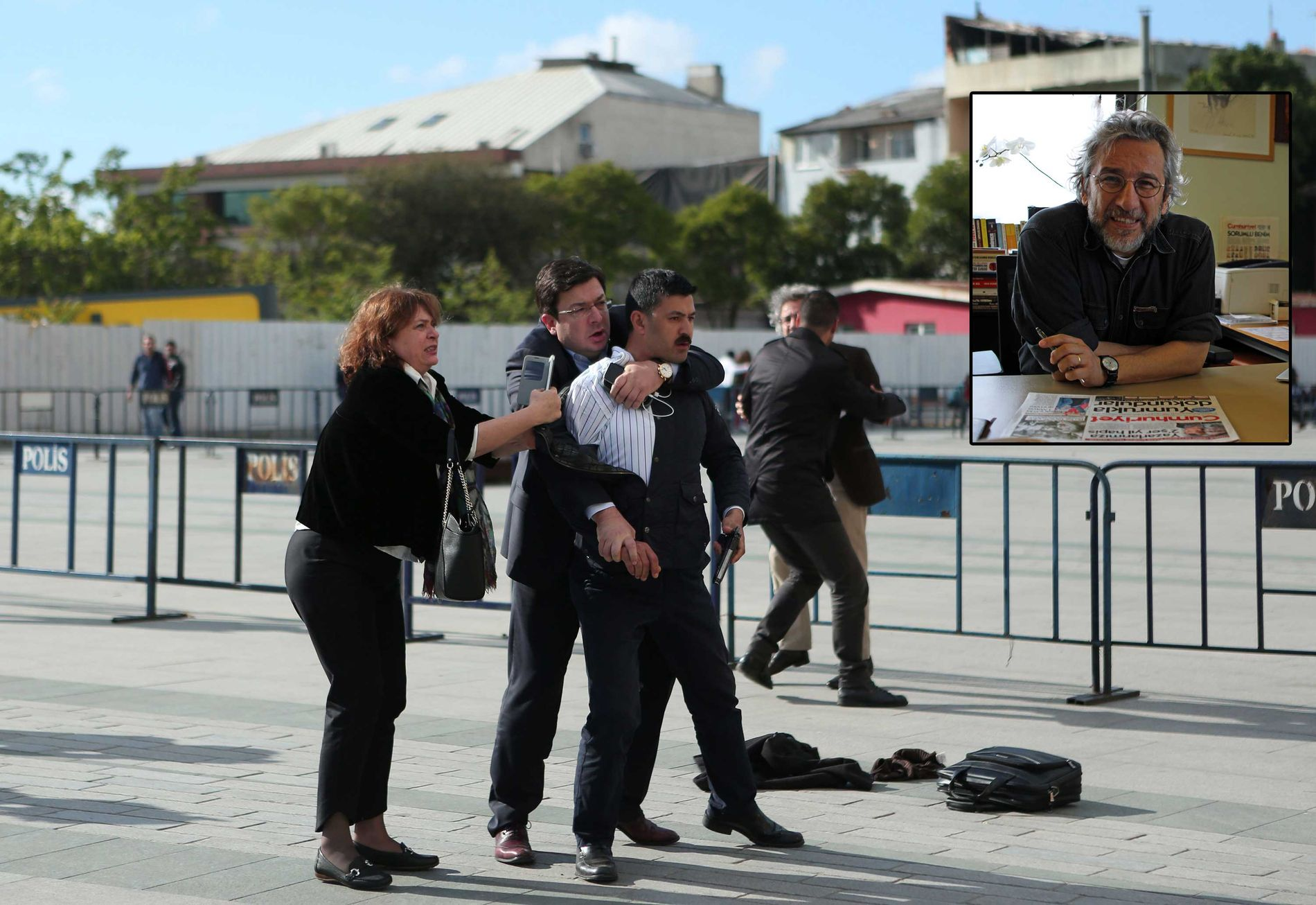 KONA TOK GREP: På dette bildet gitt ut av avisen Cumhuriyet sees Dilek Dündar, som er kona til sjefredaktør Can Dundar (innfelt), kort etter hun har stanset mannen som skjøt mot redaktøren utenfor rettslokalet i Istanbul fredag ettermiddag.