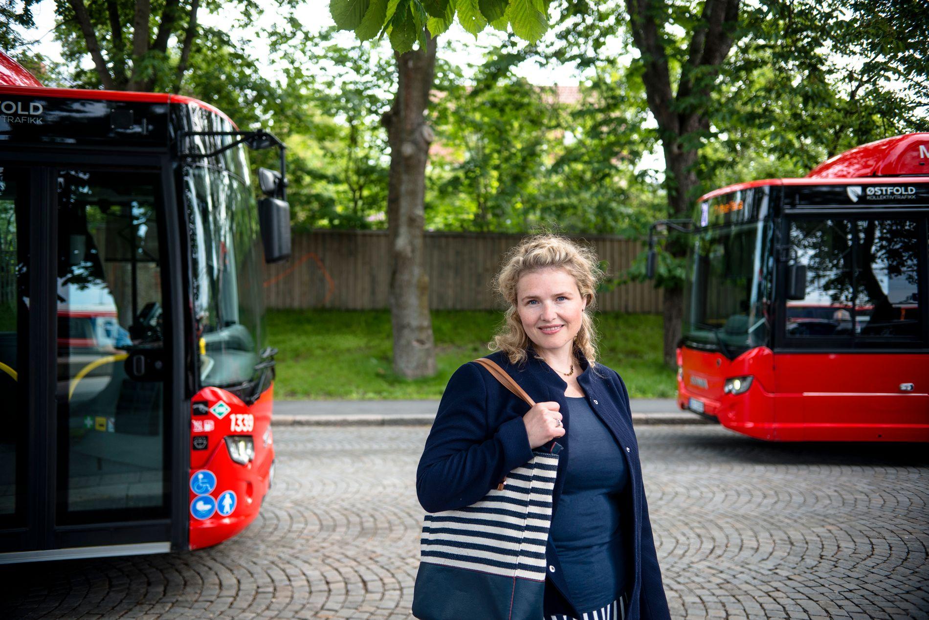 PENDLER: Kari Jenseg jobber som lærer i Oslo tre ganger i uken og håper det utvidede busstilbudet vil bedre hverdagslogistikken.