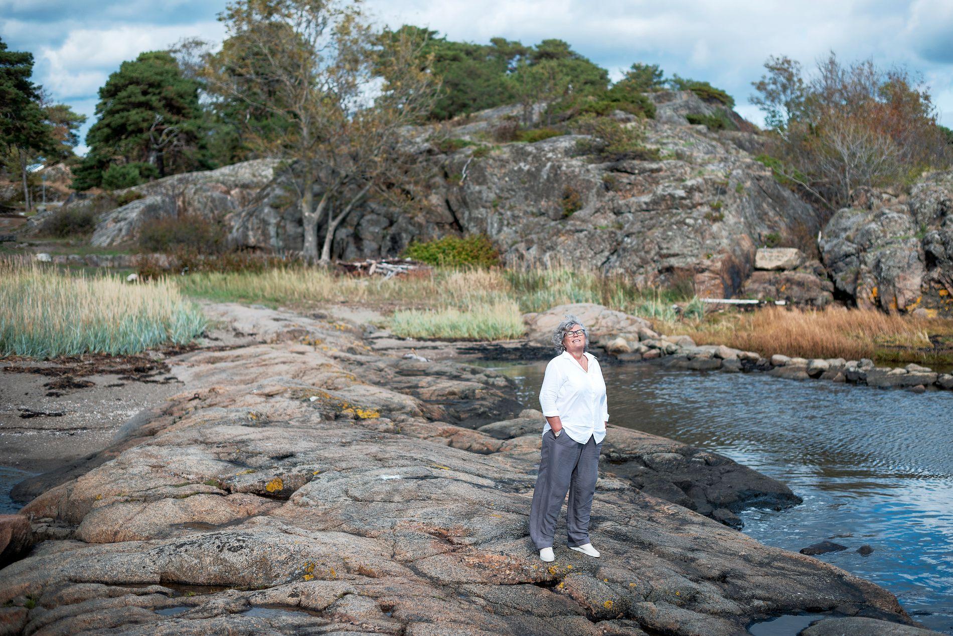 FAVORITTSTED: På disse svabergene på Steinsnes i Larvik, har Anne Holt (59) tilbrakt hver sommer siden hun var liten.