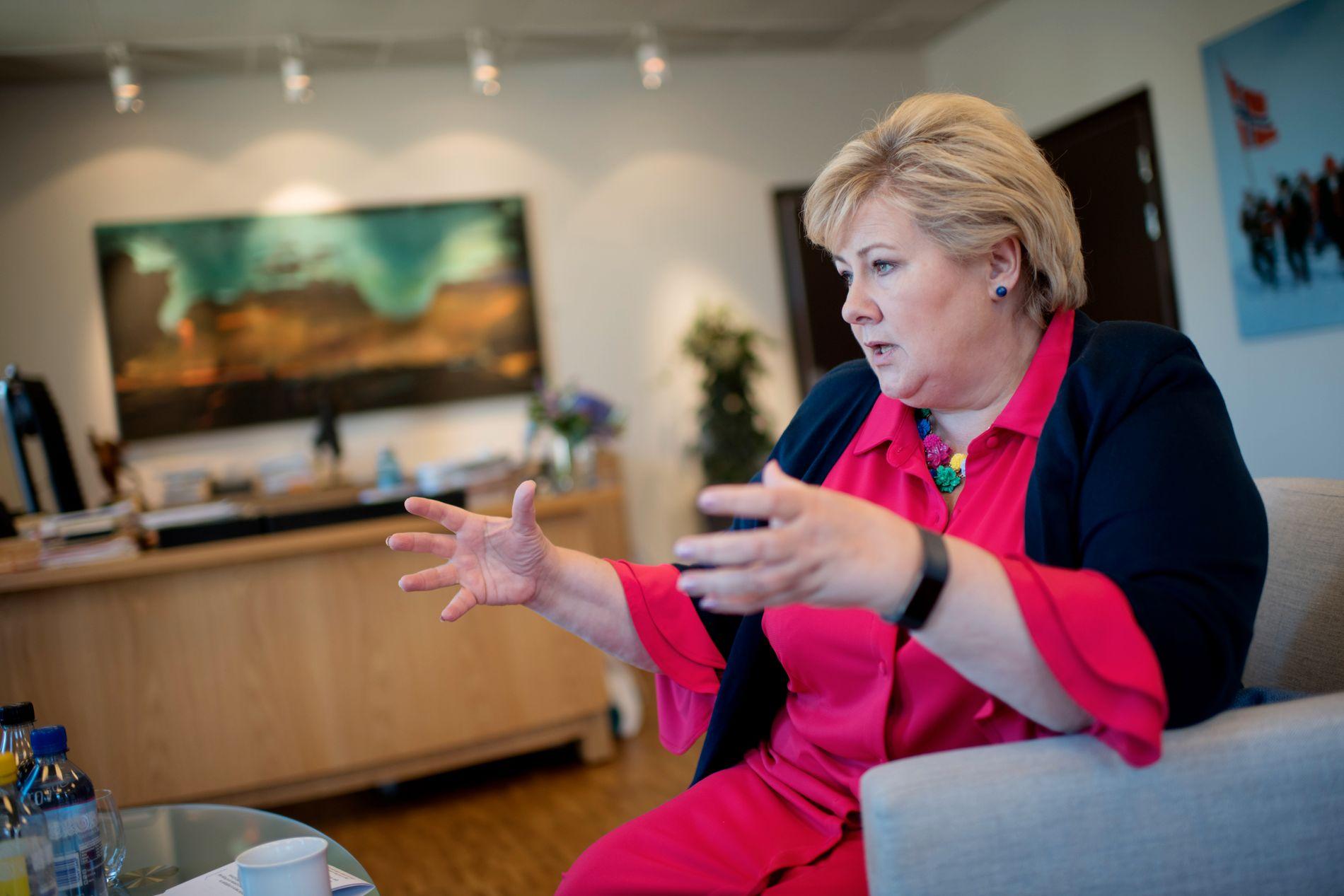 ET STEG VIDERE: Norge skal være nærmere toprosentmålet i 2024, men Erna Solberg vil ikke tallfeste noen prosentandel av BNP nå.