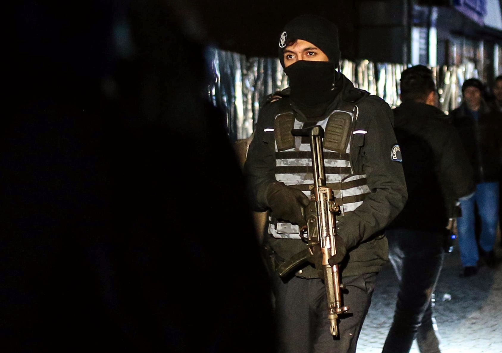 SPESIALSTYRKER: En soldat i den tyrkiske spesisalstyrken under storaksjonen i Istanbul mandag.