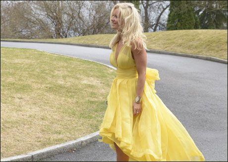 80418522 STYLIST: Også Tone Damli Aaberges stylist, Hedda Skoug, kom til brylluopet  i en gul kjole. Foto: ROBERT S. EIK