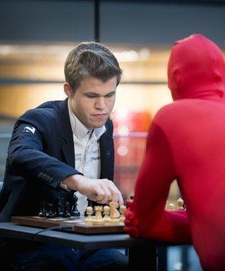 CARLSEN VS BRÅ: Det var Oddvar Brå som skjulte seg bak den røde drakten. Foto: Robert Eik