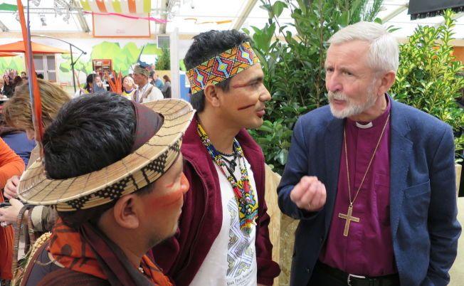 TROR PÅ TEKOLOGI-SPRANG: Stavanger-biskop Erling Pettersen tror at overflødige oljeingeniører kan utvikle nye energiformer som kan erstatte olje og gass. På COP21 i Paris møtte han urfolk fra sitt gamle hjemland Brasil.